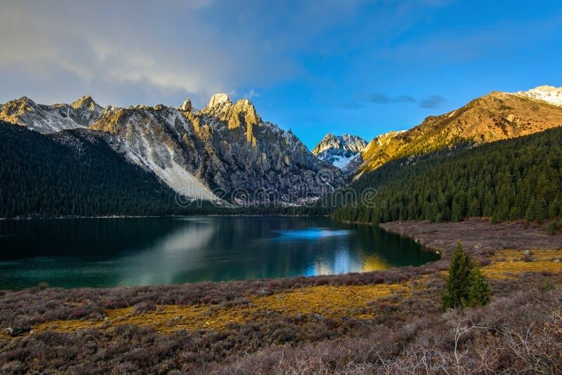 Λίμνη Cuopu στο σούρουπο στοκ εικόνες