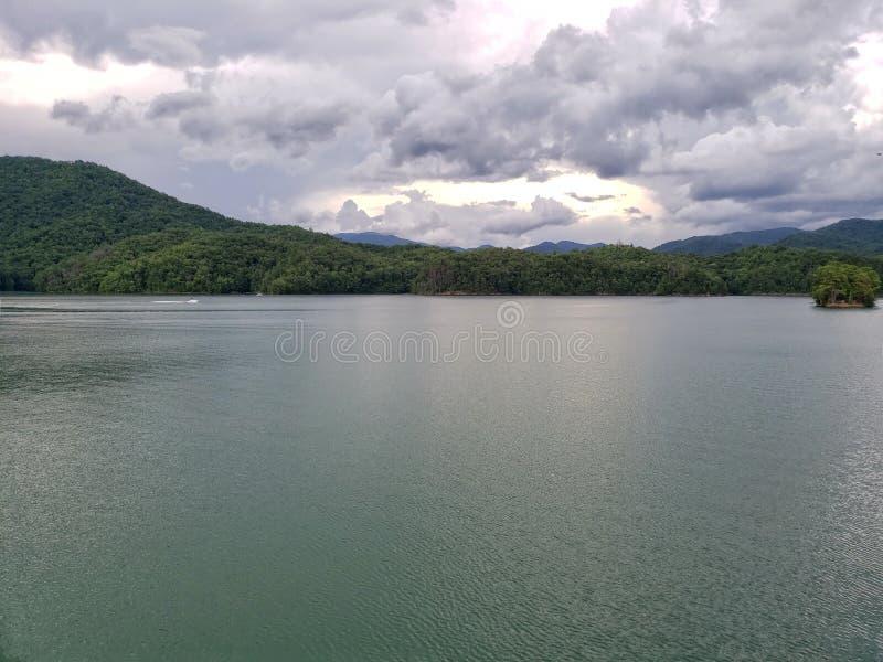 Λίμνη Fontana, που βλέπει από το της όξινης απορροής ίχνος στην κορυφή του φράγματος Fontana στοκ φωτογραφίες με δικαίωμα ελεύθερης χρήσης