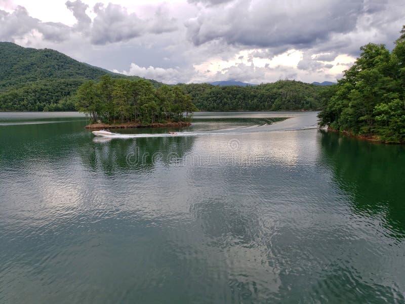 Λίμνη Fontana, που βλέπει από το της όξινης απορροής ίχνος στην κορυφή του φράγματος Fontana στοκ εικόνα