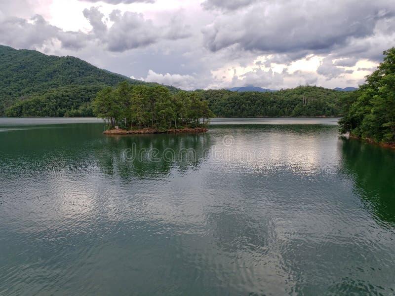 Λίμνη Fontana, που βλέπει από το της όξινης απορροής ίχνος στην κορυφή του φράγματος Fontana στοκ φωτογραφίες