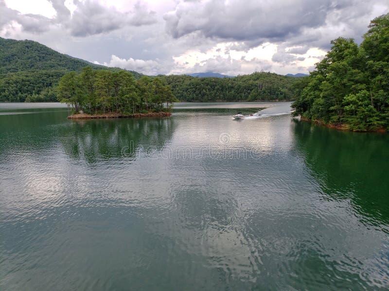 Λίμνη Fontana, που βλέπει από το της όξινης απορροής ίχνος στην κορυφή του φράγματος Fontana στοκ φωτογραφία με δικαίωμα ελεύθερης χρήσης