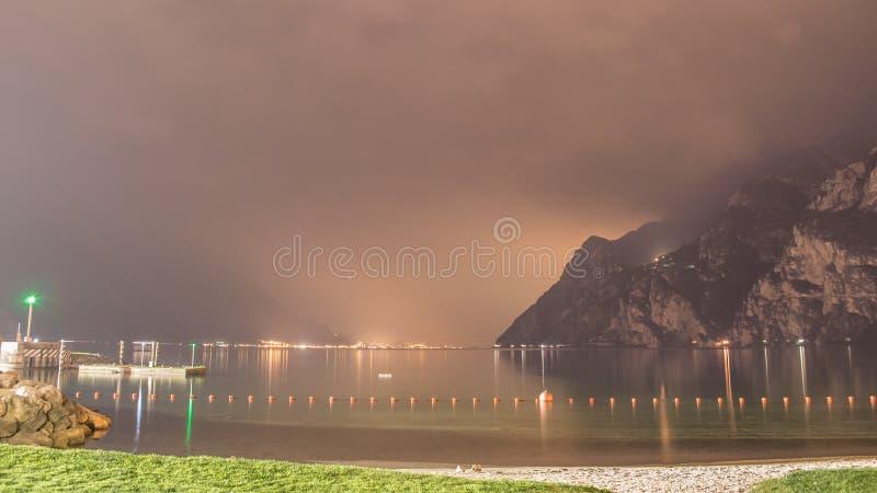 Λίμνη Garda, Riva del Garda στη νύχτα στοκ εικόνες