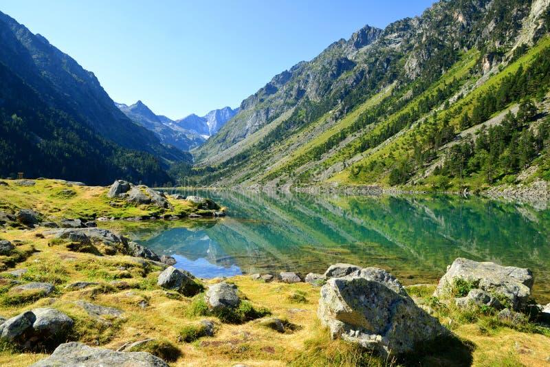 Λίμνη Gaube με το υποστήριγμα Vignemale στο υπόβαθρο Βουνό των Πυρηναίων, Γαλλία στοκ εικόνες