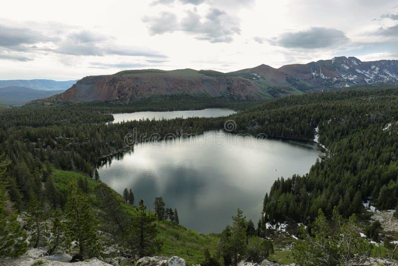 Λίμνη George και λίμνη Mary στις μαμμούθ λίμνες στοκ εικόνες
