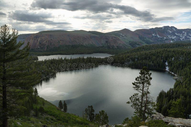 Λίμνη George και λίμνη Mary στις μαμμούθ λίμνες στοκ φωτογραφία