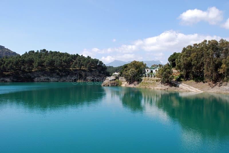 Λίμνη Guadalhorce κοντά Ardales, Ισπανία. στοκ εικόνα