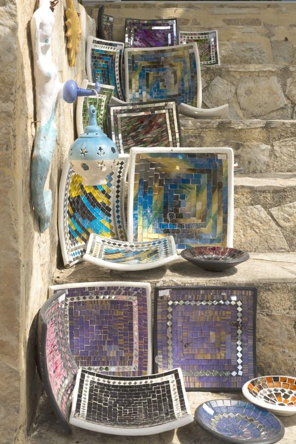 Λίμνη Kurnas, νησί Κρήτη, Ελλάδα, - 8 Ιουνίου 2017: Το ράφι με τα ελληνικά χειροποίητα αναμνηστικά - τα ζωηρόχρωμα κεραμικά φλυτζ στοκ φωτογραφίες με δικαίωμα ελεύθερης χρήσης