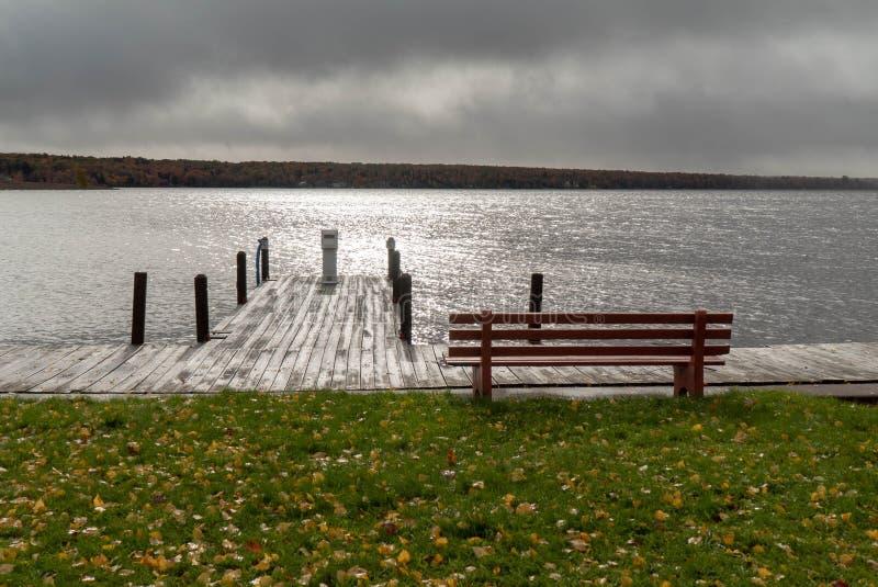 Λίμνη Linden στην ανώτερη χερσόνησο του Μίτσιγκαν μια θυελλώδη ημέρα που αγνοεί την αποβάθρα βαρκών και τον πάγκο πάρκων στοκ φωτογραφίες με δικαίωμα ελεύθερης χρήσης