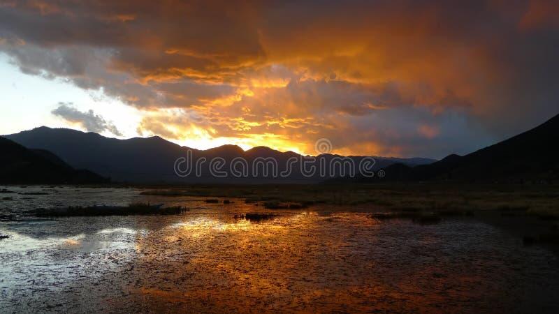 Λίμνη Lugu στο ηλιοβασίλεμα στοκ εικόνα