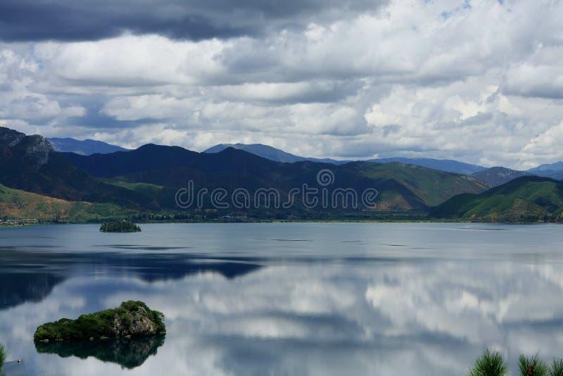 Λίμνη Lugu, Lijiang, Yunnan, Κίνα στοκ εικόνα