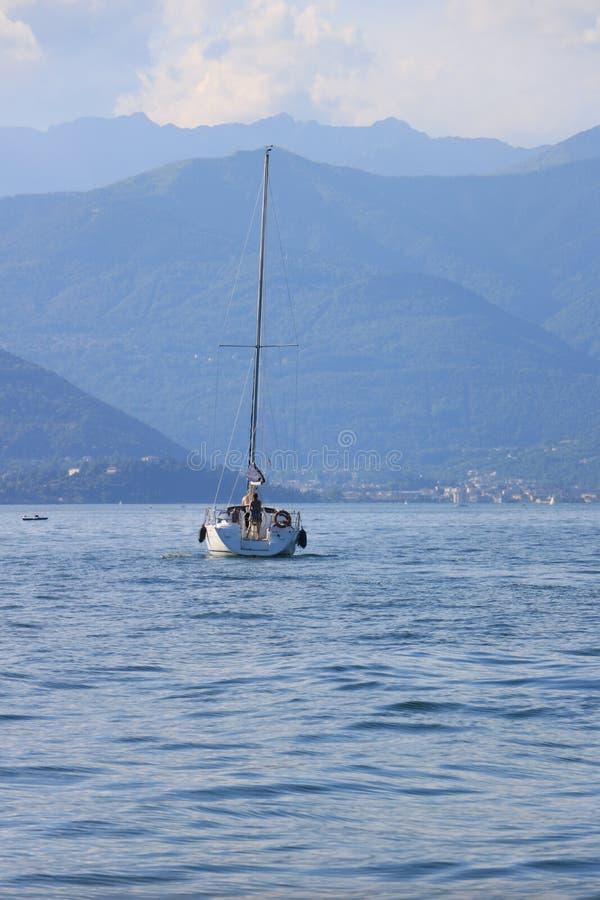 Λίμνη Maggiore r Πλέοντας βάρκα στη λίμνη MAG στοκ φωτογραφία