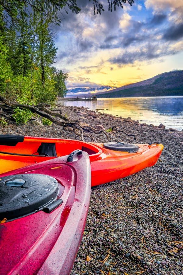 Λίμνη McDonald γαλήνιο σε έναν αργά το απόγευμα στοκ εικόνα με δικαίωμα ελεύθερης χρήσης
