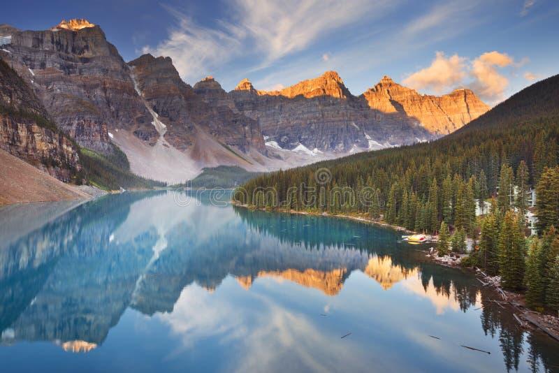 Λίμνη Moraine στην ανατολή, εθνικό πάρκο Banff, Καναδάς στοκ εικόνες