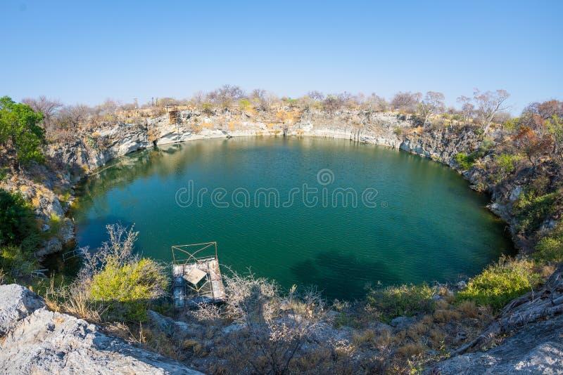 Λίμνη Otjikoto, μια από τη μόνη μόνιμη φυσική λίμνη δύο στη Ναμίμπια, διάσημος προορισμός ταξιδιού στην Αφρική Εξαιρετικά ευρεία  στοκ εικόνες