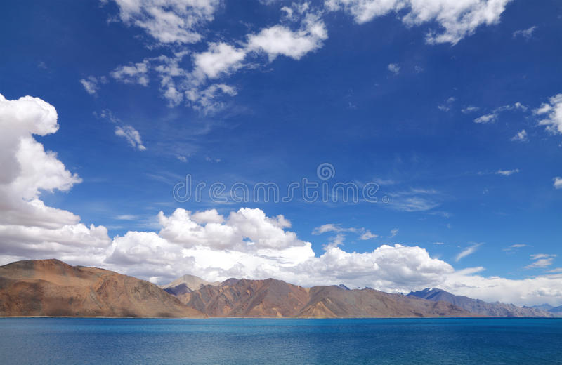 Λίμνη Pangong και όμορφα άγονα Hillocks, HDR Στοκ Εικόνες