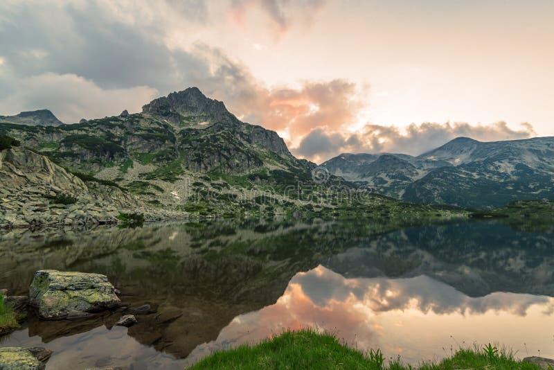 Λίμνη Popovo και βουνό Jangal στο εθνικό πάρκο Pirin, Βουλγαρία στοκ φωτογραφία