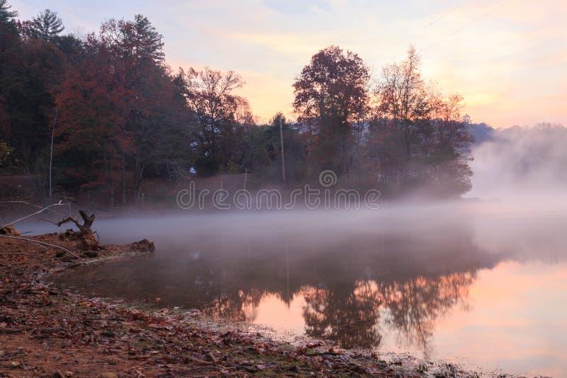 Λίμνη Santeetlah της Misty στην ανατολή στοκ εικόνες με δικαίωμα ελεύθερης χρήσης