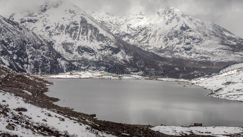 Λίμνη Sarathang που περιβάλλεται από τα χιονισμένα βουνά σε όλη την πλευρά κοντά στη λίμνη Changu, Sikkim, Ινδία στοκ εικόνες