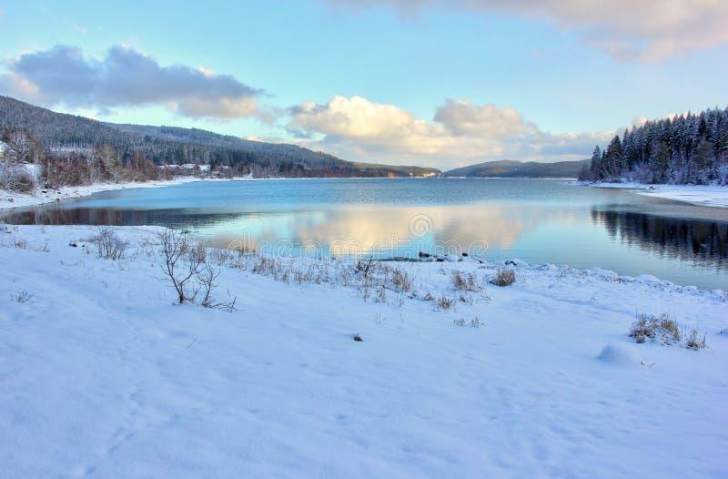 Λίμνη Schluchsee στο σούρουπο το χειμώνα μαύρη δασική Γερμανία στοκ εικόνα