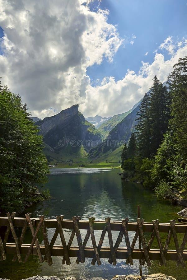 Λίμνη Seealpsee με τις ελβετικές Άλπεις, έδαφος Appenzeller, Ελβετία στοκ φωτογραφία με δικαίωμα ελεύθερης χρήσης