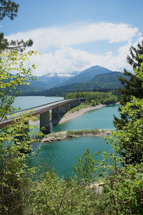 Λίμνη sylvenstein και γέφυρα στη Βαυαρία στοκ φωτογραφία με δικαίωμα ελεύθερης χρήσης