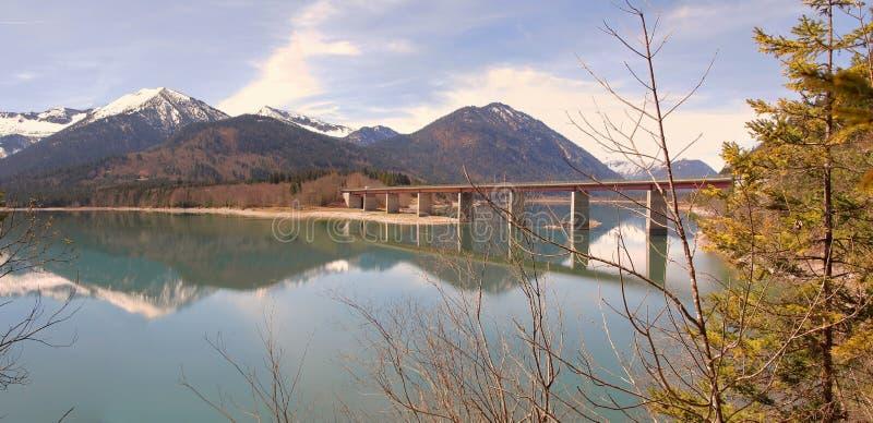 Λίμνη sylvenstein με την αντανάκλαση γεφυρών και νερού στοκ εικόνα