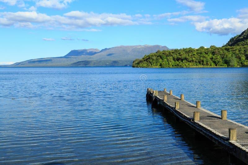 Λίμνη Tarawera, Νέα Ζηλανδία Άποψη πέρα από τη λίμνη για να τοποθετήσει Tarawera από τον κόλπο Kotukutuku στοκ φωτογραφία με δικαίωμα ελεύθερης χρήσης