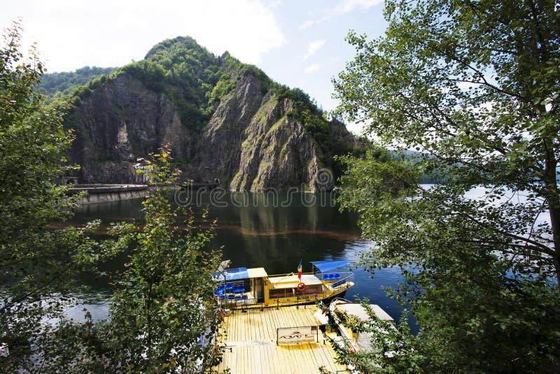 Λίμνη Vidraru στο φράγμα στα Καρπάθια βουνά, Ρουμανία στοκ εικόνα