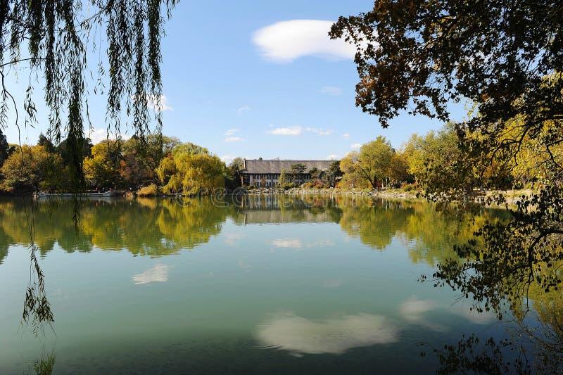 Λίμνη Weiming στο πανεπιστήμιο του Πεκίνου στοκ εικόνες