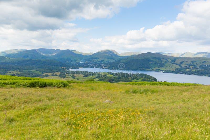 Λίμνη Windermere οι λίμνες Cumbria Αγγλία UK με τα σύννεφα και τα βουνά στοκ φωτογραφία με δικαίωμα ελεύθερης χρήσης