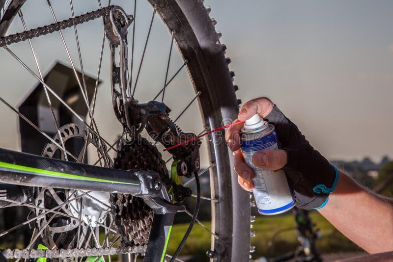 Λίπανση αλυσίδων ποδηλάτων στοκ φωτογραφίες με δικαίωμα ελεύθερης χρήσης