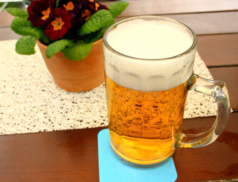 Λίτρο της μπύρας στον πίνακα στον κήπο μπύρας στοκ εικόνες