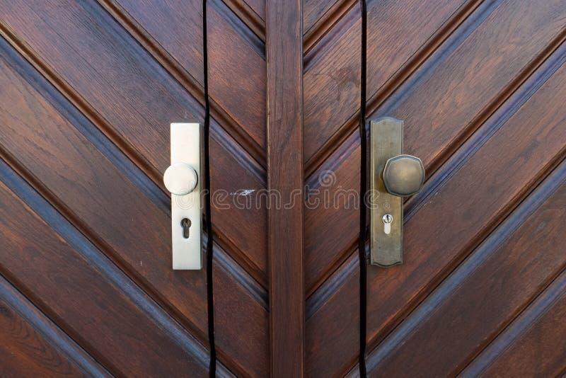 Λαβές πορτών στην ξύλινη πόρτα στοκ φωτογραφία με δικαίωμα ελεύθερης χρήσης