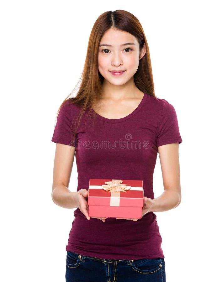 Λαβή γυναικών με ένα δώρο στοκ φωτογραφίες