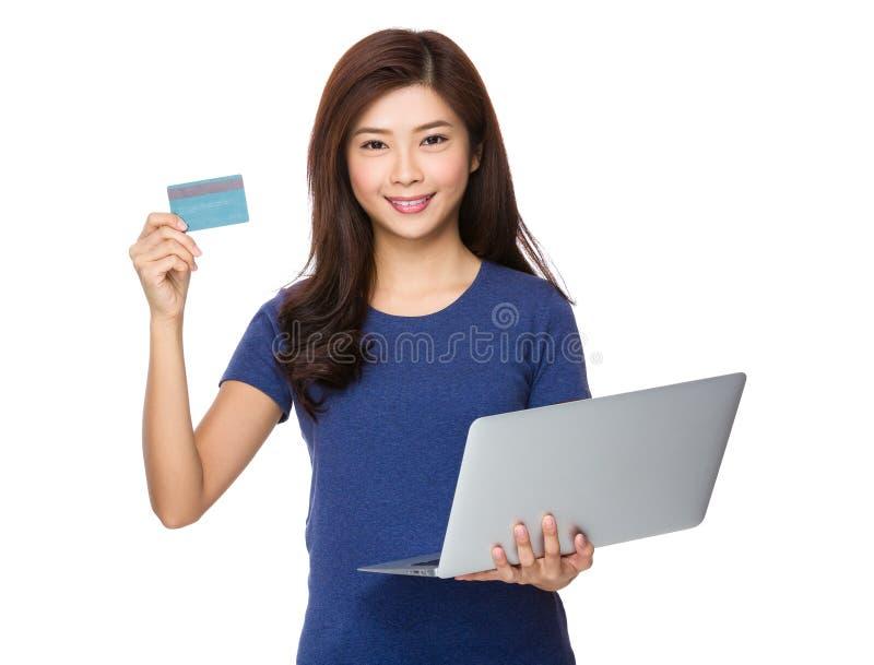 Λαβή γυναικών με το lap-top και την πιστωτική κάρτα στοκ φωτογραφίες με δικαίωμα ελεύθερης χρήσης
