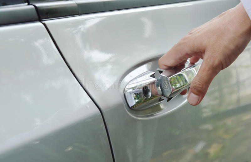 Λαβή πορτών αυτοκινήτων κάτω και που τραβά που ανοίγει στοκ εικόνα
