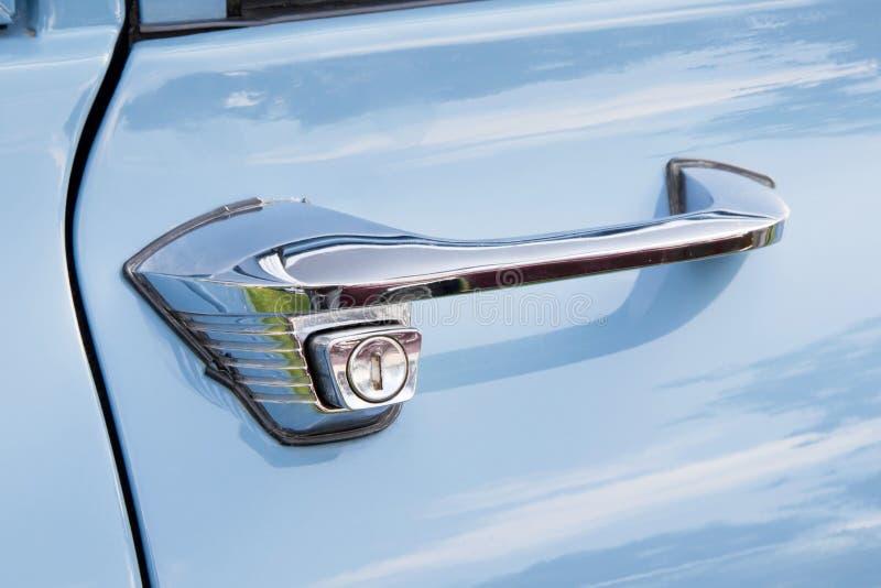 Λαβή πορτών ενός μπλε εκλεκτής ποιότητας αυτοκινήτου στοκ φωτογραφία