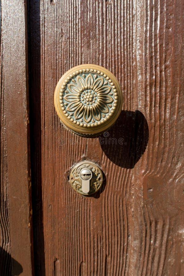 Λαβή πορτών στην ξύλινη πόρτα στοκ εικόνα