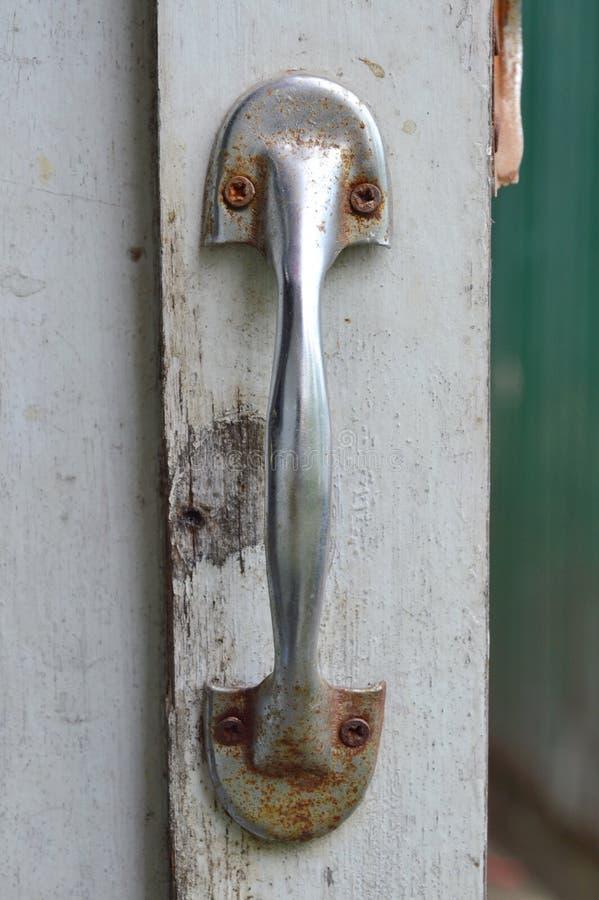 Λαβή στην παλαιά άσπρη ξύλινη πόρτα στοκ φωτογραφία με δικαίωμα ελεύθερης χρήσης