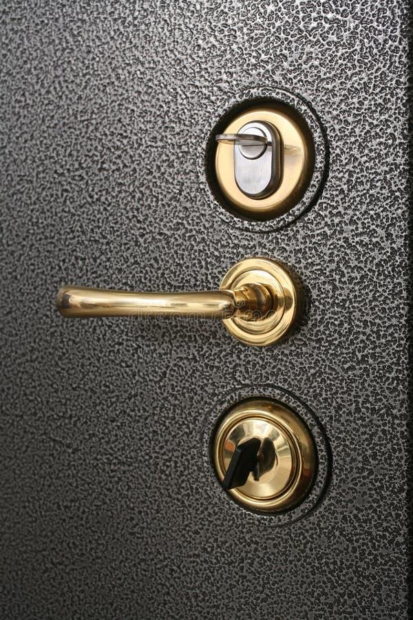 Λαβή στο ασφαλές doo μετάλλων στοκ φωτογραφίες