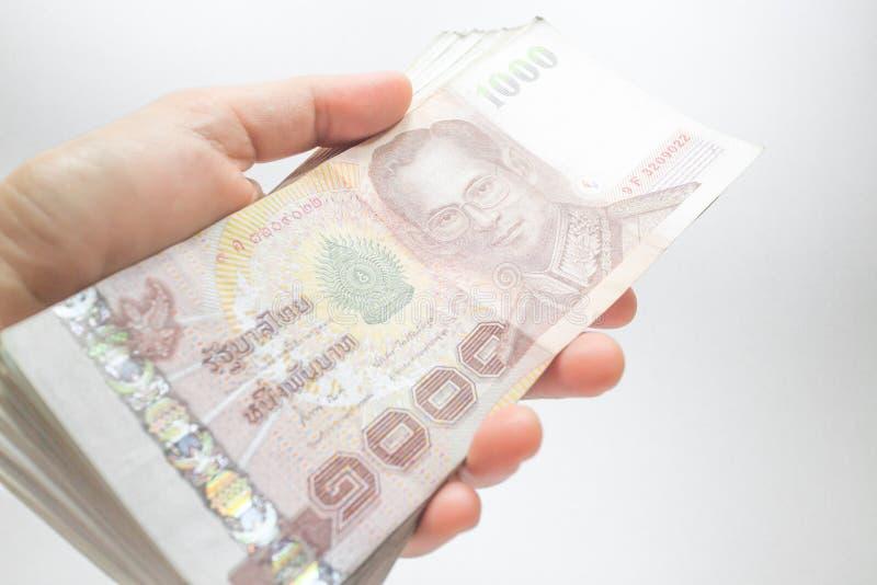 Λαβή χεριών στο ταϊλανδικό τραπεζογραμμάτιο χρημάτων που τακτοποιείται στο σύνολο στοκ εικόνες με δικαίωμα ελεύθερης χρήσης