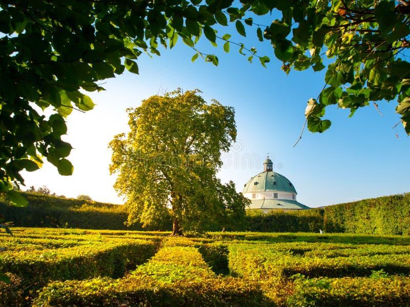 Λαβύρινθος κήπων λουλουδιών με μπαρόκ rotunda σε Kromeriz στοκ εικόνα με δικαίωμα ελεύθερης χρήσης