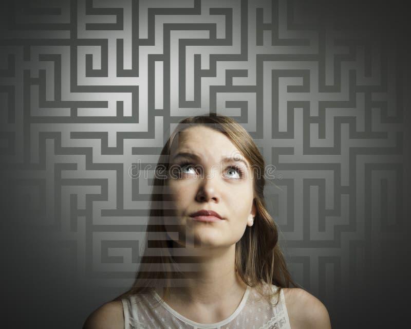Λαβύρινθος. Κορίτσι στο λευκό που λύνει ένα πρόβλημα. στοκ εικόνες