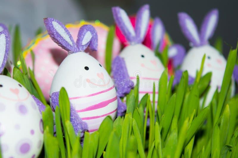 Λαγουδάκια με τα χρωματισμένα αυγά στοκ φωτογραφία