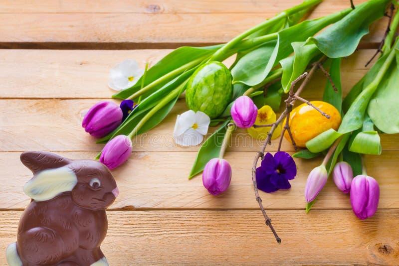 Λαγουδάκι Πάσχας και αυγά Πάσχας στο ξύλο στοκ φωτογραφίες με δικαίωμα ελεύθερης χρήσης