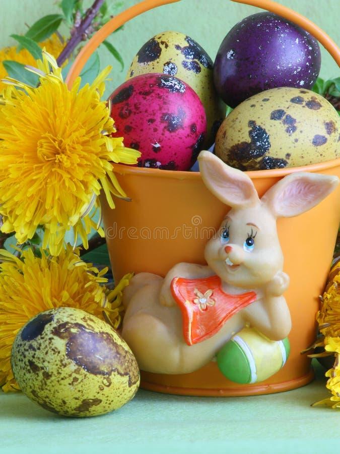 Λαγουδάκι, αυγά και λουλούδια Πάσχας - φωτογραφίες αποθεμάτων στοκ εικόνες