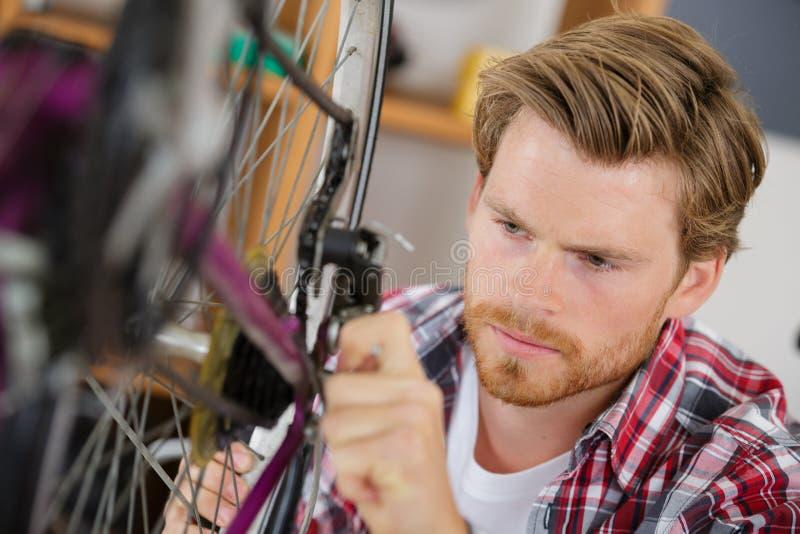 Λαδώνοντας αλυσίδα ποδηλάτων ατόμων στοκ φωτογραφία με δικαίωμα ελεύθερης χρήσης