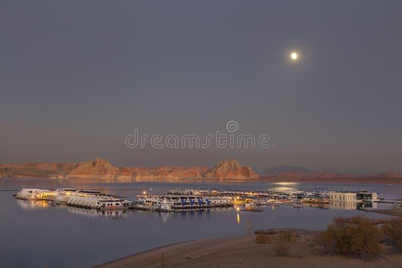Λαθραίο ποτό πέρα από την ήρεμη λίμνη Powell και μαρίνα βαρκών κοντά στη σελίδα Arizna στοκ φωτογραφία