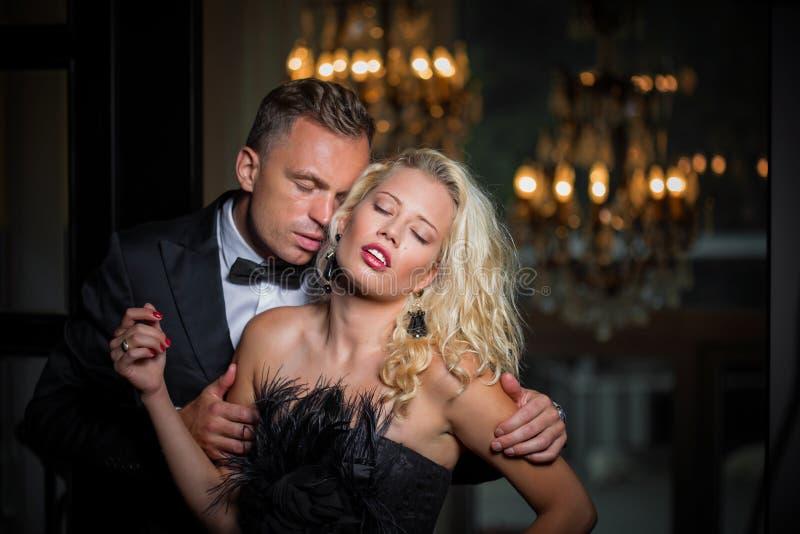Λαιμός της γυναίκας φιλήματος ανδρών στοκ εικόνα