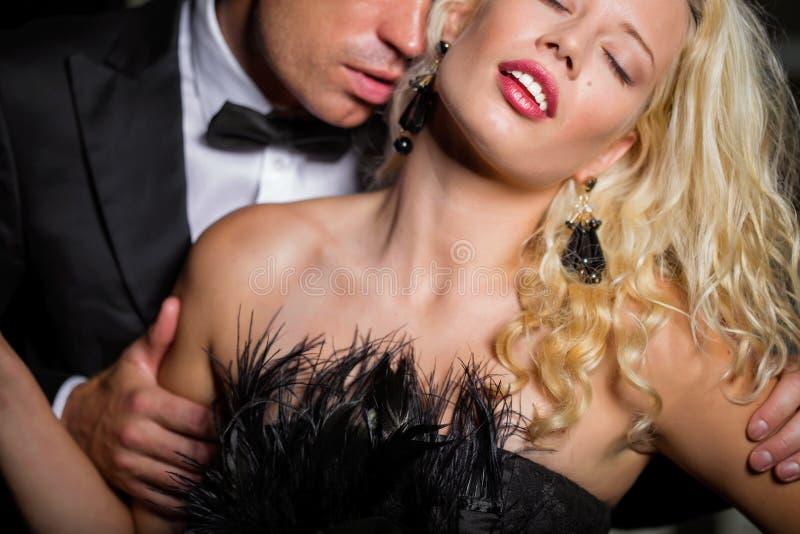 Λαιμός της γυναίκας φιλήματος ανδρών στοκ φωτογραφίες